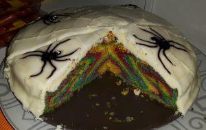 Regenbogen-Kuchen - Halloween-Edition, angeschnitten